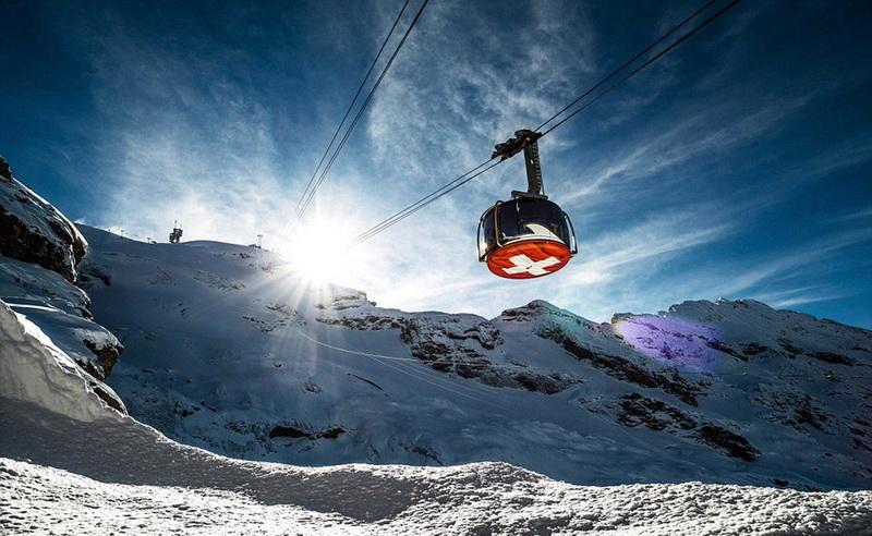 Titlis RotairЭнгельберг, ШвейцарияПервый в мире вращающийся подъемник Titlis Rotair поворачивается на 360 градусов на своем пути до высшей точки горы Титлис. Райдерам обеспечено полное представление о чарующей красоте альпийских гор.