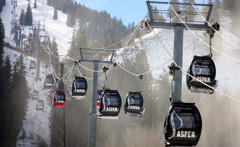 Silver QueenАспен, КолорадоВ 2010 году знаменитый курорт Aspen Mountain переоборудовал свои подъемники каютами Silver Queen, оснащенными солнечными батареями. Здесь же установлены динамики - пассажиры могут подключать свои девайсы, чтобы слушать свою любимую музыку.