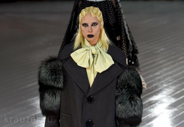 Неузнаваемая Леди Гага в образе черного лебедя в ботинках-«танках» вышла на подиум