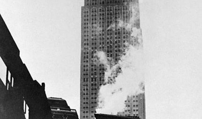 Авария на Эмпайр Стейт БилдингВ туманный день июля 1945 года один из бомбардировщиков армии США врезался в громадину Empire State Building. 15 человек погибло на месте, двигатель самолета рухнул в шахту лифта, спровоцировав взрыв, видимый во всех боро города.