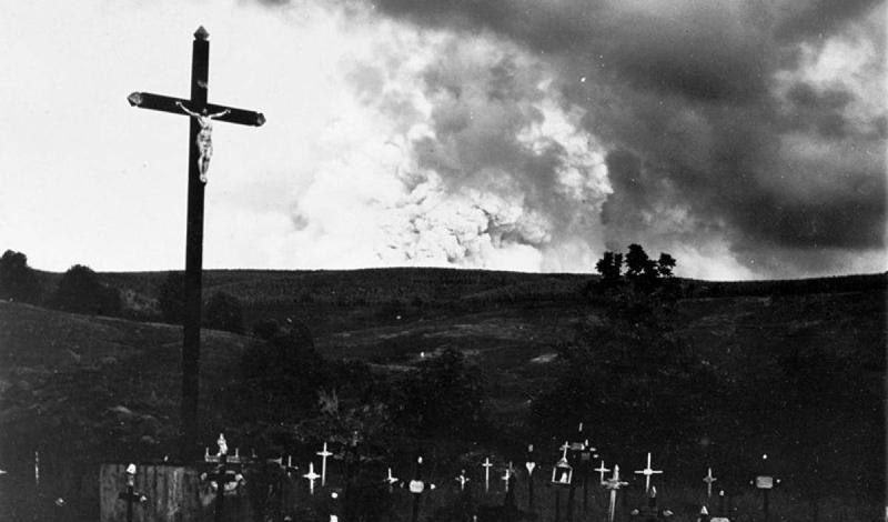 Вторжение змейВ апреле 1902 года еще одно извержение вулкана повлекло за собой неожиданные последствия. Лысая гора, возвышающаяся над Сен-Пьером, Мартиника, вообще-то считалась бездействующим вулканом. На его склонах уже сотни лет спокойно жили гигантские змеи. Зола и запах серы выгнали их из своих нор прямо в город, где змеи, испугавшись, убили около 50 человек и нескольких животных. Что еще хуже, к вечеру, когда все успокоилось, вулкан ожил опять и затопил весь город лавой. Из населения в 30 000 выжило только двое.