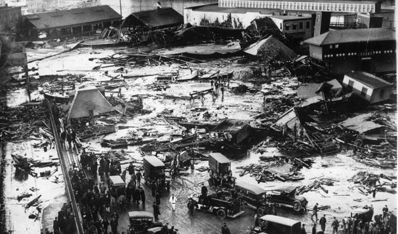 Бостонское патоковое наводнениеСамое необычное наводнение за всю историю случилось в Бостоне. Огромный, действительно огромный бак, полный сырья для приготовления патоки, лопнул: ирландские и итальянские кварталы оказались буквально погребены под невероятным количеством липкой патоки. 21 человек погиб, еще 150 получили серьезные ранения.