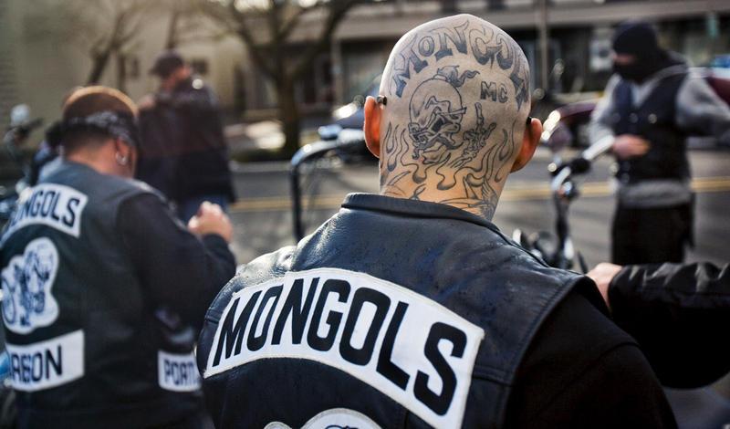 Mongols MCГод основания: 1969Головная чепта: Монтебелло, Калифорния Патч:Чингисхан на мотоциклеHells Angels MC практикуют расовую дискриминацию, частенько отправляя желающих вступить латиноамериканцев подальше от своих ворот. В 1969 одна из группировок, обидевшись, решила создать свой собственный клуб, с блэкджеком и девушками легкого поведения. Mongols MC стал одним из самых мрачных клубов страны. Участники никогда не идут на сделки с полицией и мстят
