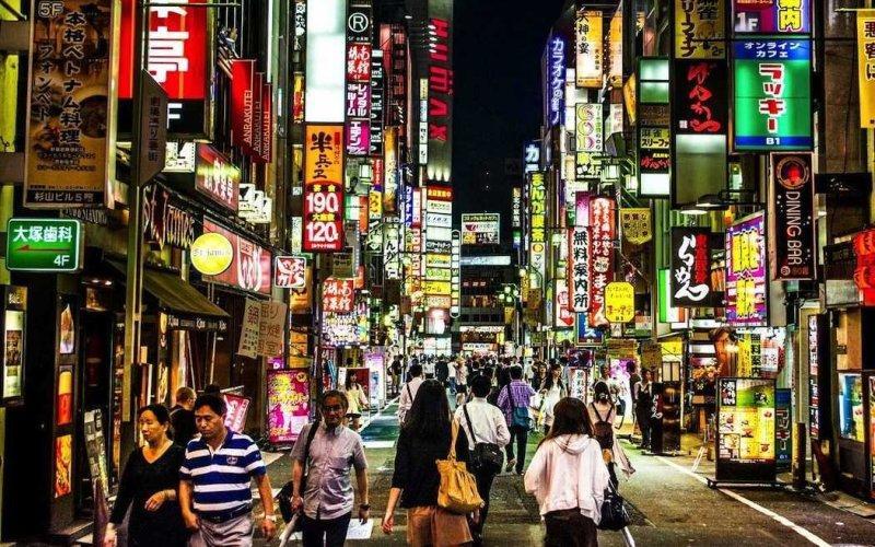 Токио, Япония. Гарлотта помнят, что там было полно неоновых огней и красочных вывесок.