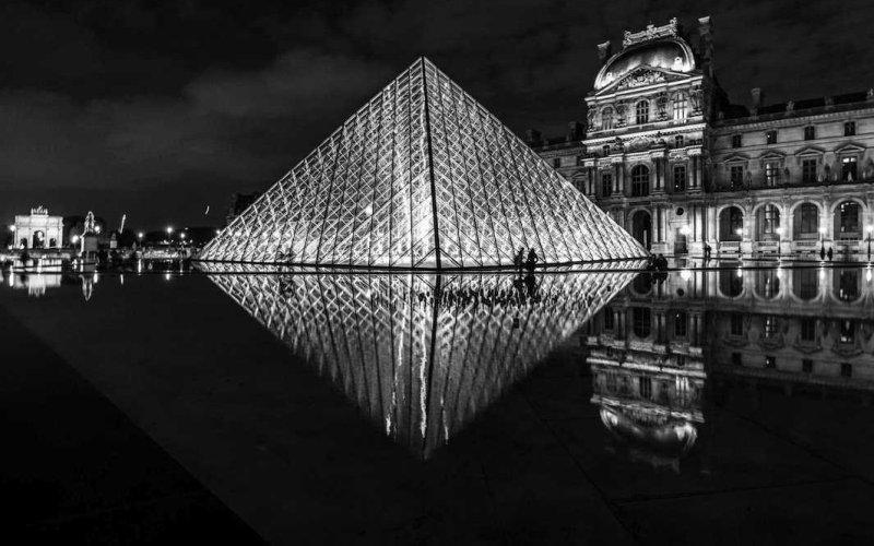 Ночной вид Лувра, Франция. Им удалось сделать этот кадр, пока они бродили по Парижу далеко за полночь.