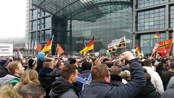 ВБерлине наодной площади протестовали против Меркель ипротив нацистов