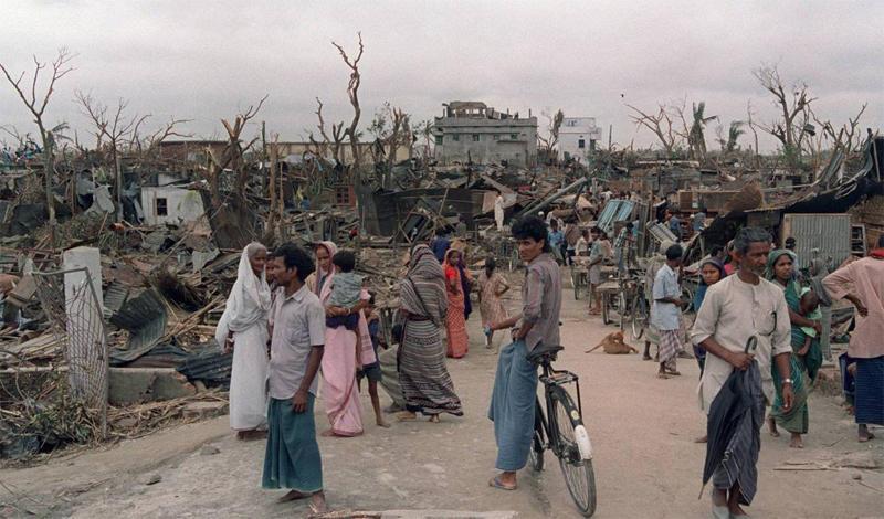 Торнадо в Даулатпуре1989 годСмертельный смерч, радиус которого превышал 1,5 километра, наблюдатели заметили утром 26 апреля. Чуть позже этот гигант обрушился на Бангладеш. Мощи торнадо хватило, чтобы с легкостью поднимать в воздух целые дома. Людей буквально разрывало на части: всего за сутки погибло около полутора тысяч человек, еще 12 тысяч оказались в больнице.
