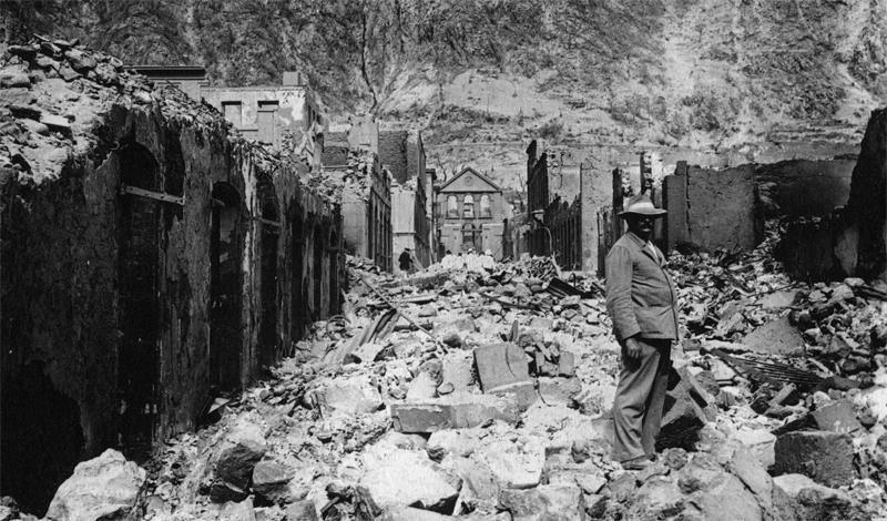 Извержение вулкана Мон-Пеле1902 год8 мая 1902 года вулкан Мон-Пеле, мирно дремавший уже на протяжении десятков лет, неожиданно взорвался. Извержением эту катастрофу назвать просто нельзя: потоки лавы и куски породы буквально уничтожили главный порт Мартиники, Сен-Пьер. Всего за несколько минут погибли целых 36 000 человек.