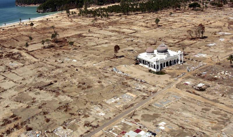 Цунами в Индийском океане2004 годПодводное землятресение, случившееся 26 декабря 2004 года, вызвало цунами невероятной силы. Само землятресение признали третьим по уровню за всю историю вообще. Цунами с волнами, высота которых превышала 15 метров, обрушилось на берега Индонезии, Шри-Ланки, Таиланда и унесло жизни более, чем 250 000 человек.