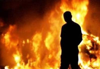 """Ереванские мятежники сожгли полицейский автомобиль <span class=""""color_red"""">- ОБНОВЛЕНО - ВИДЕО</span>"""