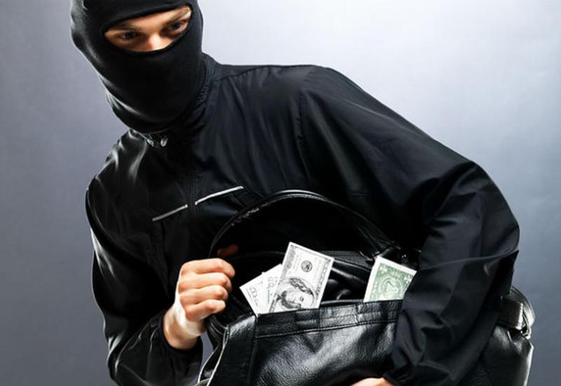 """Работник банка пресек попытку ограбления, закрыв дверь перед носом злоумышленников <span class=""""color_red"""">- ВИДЕО</span>"""