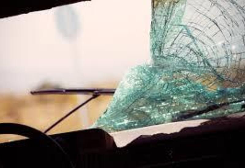 На трассе Гянджа-Гёйгёль Nissan врезался в преграду, пассажир погиб