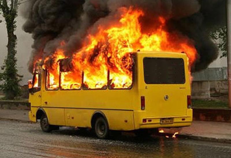 """Рейсовый автобус вспыхнул на шоссе в Москве <span class=""""color_red"""">- ВИДЕО</span>"""