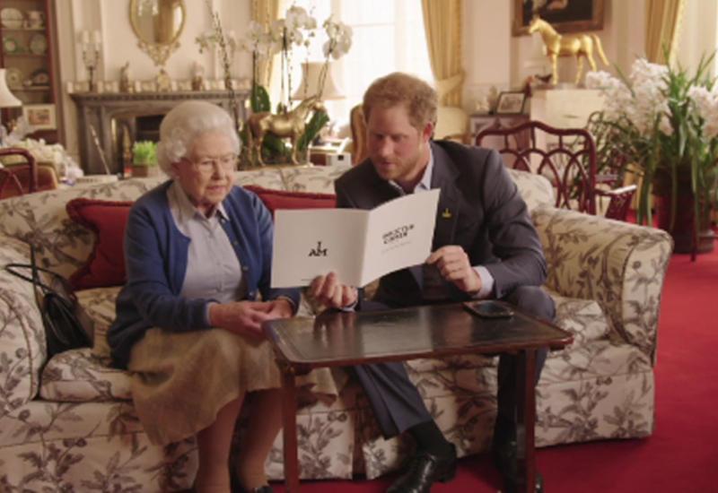"""Принц Гарри и королева Елизавета II ответили на вызов Барака и Мишель Обамы <span class=""""color_red"""">- ВИДЕО</span>"""