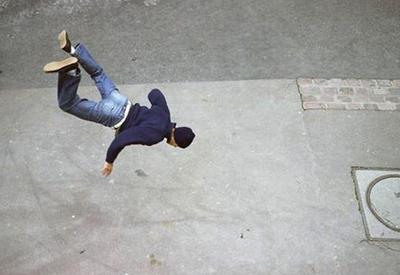 """Очевидцы засняли падение мужчины с балкона многоэтажки в Подмосковье <span class=""""color_red"""">- ВИДЕО</span>"""