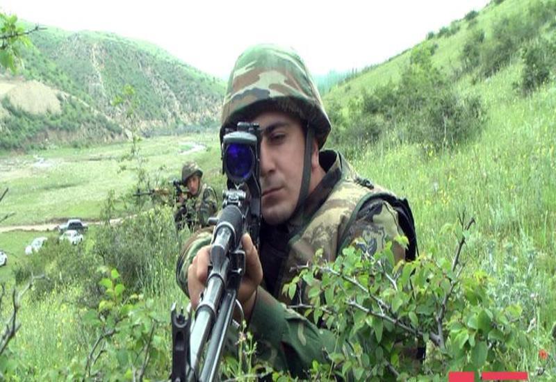 """Ordumuzun zabiti: """"Düşmən silah sursatını qoyub qaçıb"""" <span class=""""color_red"""">- FOTO</span>"""