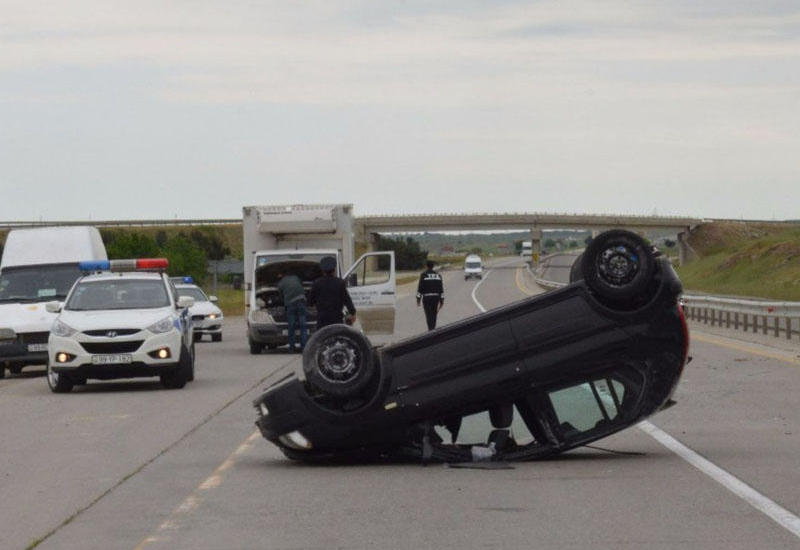 """В Шабране женщина опрокинула автомобиль, есть пострадавшие <span class=""""color_red"""">- ФОТО</span>"""