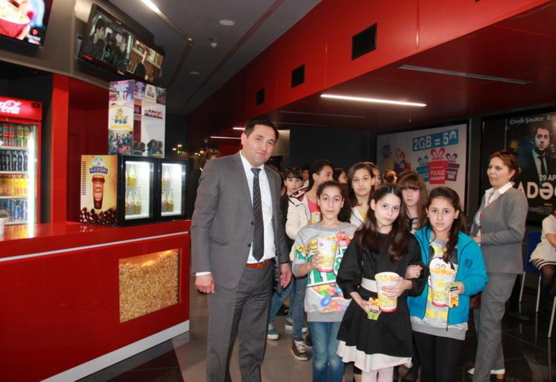 """İlk dəfə olaraq 3D IMAX formatında film izləyən uşaqların sevinc dolu təəsüratı <span class=""""color_red"""">- FOTO</span>"""