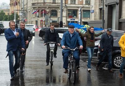 """Жириновский приехал в Думу на велосипеде <span class=""""color_red"""">- ВИДЕО</span>"""