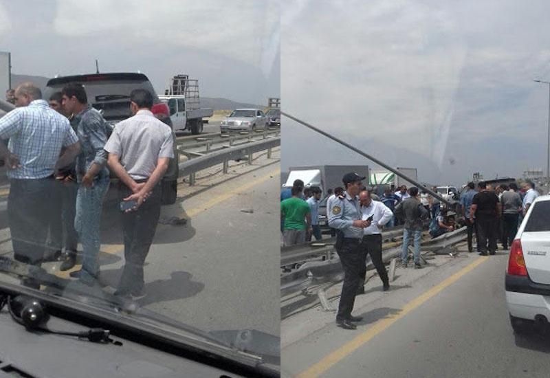 """В Баку Hyundai врезался в ограждение, есть раненые <span class=""""color_red"""">- ФОТО</span>"""
