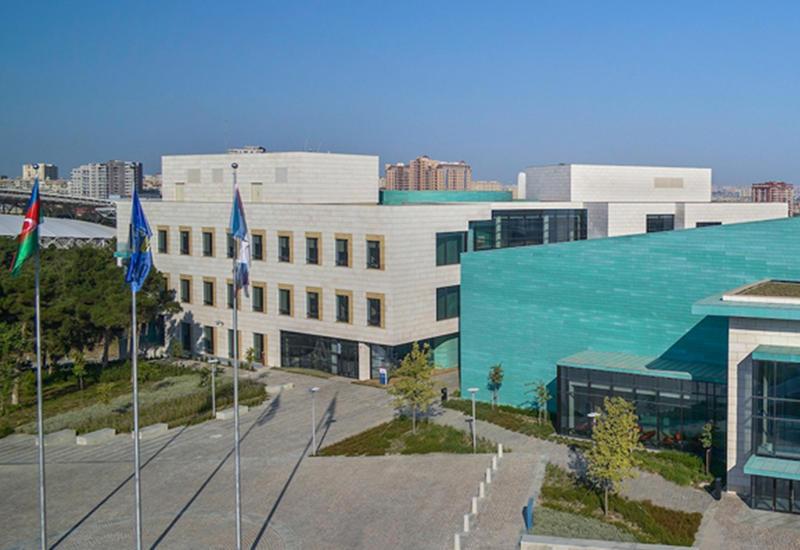 В Университете ADA презентован перевод книги американского журналиста на азербайджанский язык