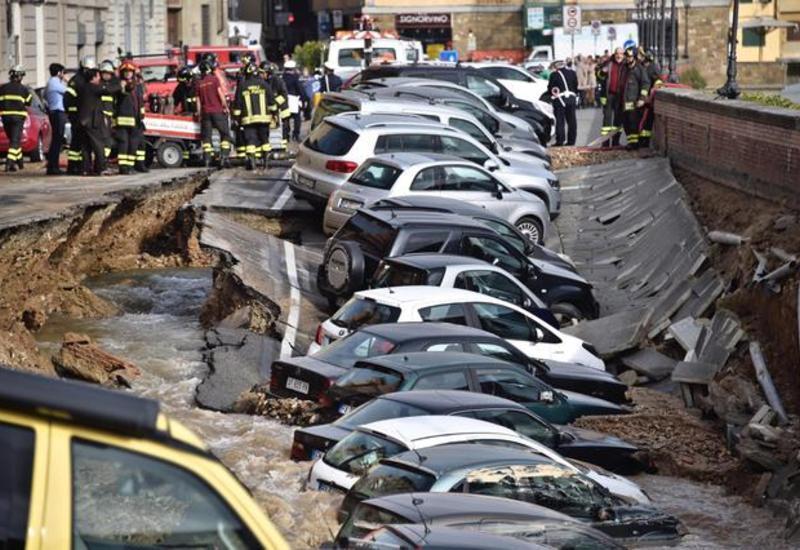 """В Италии десятки автомобилей провалились под землю <span class=""""color_red"""">- ФОТО - ВИДЕО</span>"""