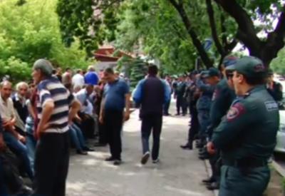 Недовольные граждане осадили резиденцию Саргсяна