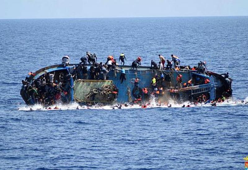 """Сотни мигрантов с перевернувшегося судна спасены в Средиземном море <span class=""""color_red"""">- ВИДЕО</span>"""