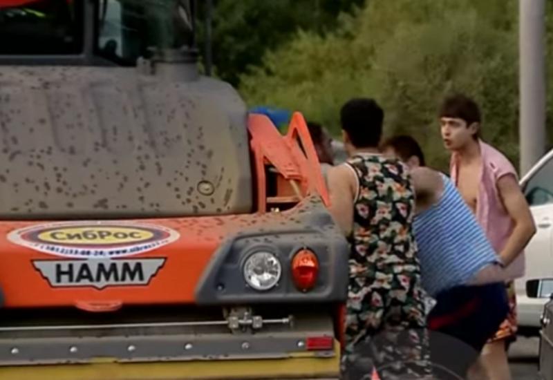 "Драка водителей автомобиля с трактористами в Омске попала на видео <span class=""color_red"">- ВИДЕО</span>"