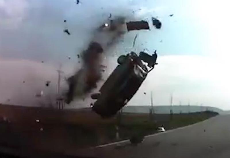 "Машина, феерично развалившаяся на части в воздухе, попала на видео <span class=""color_red"">- ВИДЕО</span>"