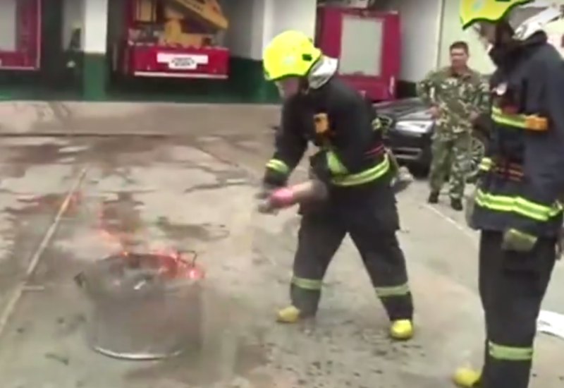 """Китайские пожарные придумали тушить огонь Кока-колой <span class=""""color_red"""">- ВИДЕО</span>"""
