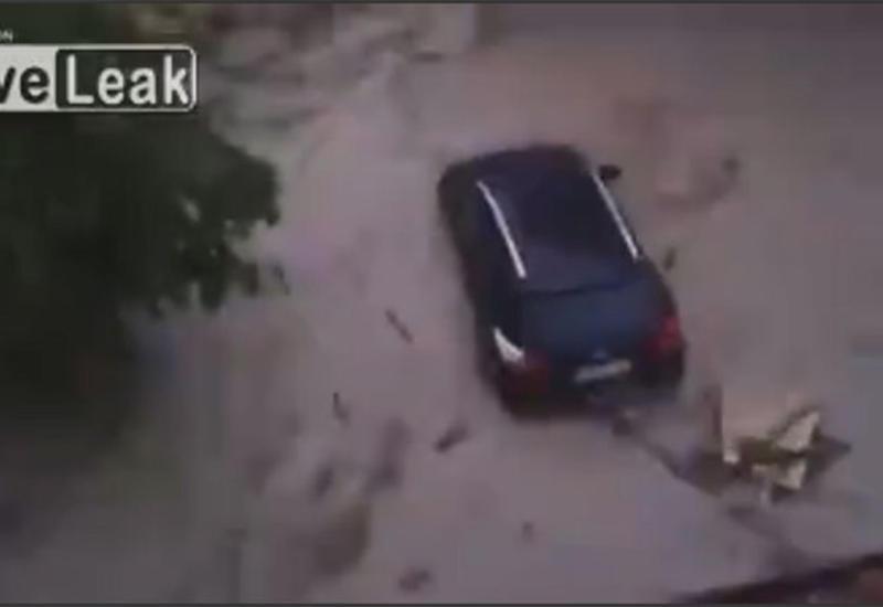 """Наводнение в Германии: потоки воды смывают с улиц автомобили <span class=""""color_red"""">- ВИДЕО</span>"""