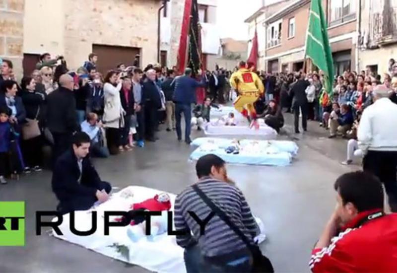"""В Испании прошел фестиваль прыжков через младенцев <span class=""""color_red"""">- ВИДЕО</span>"""