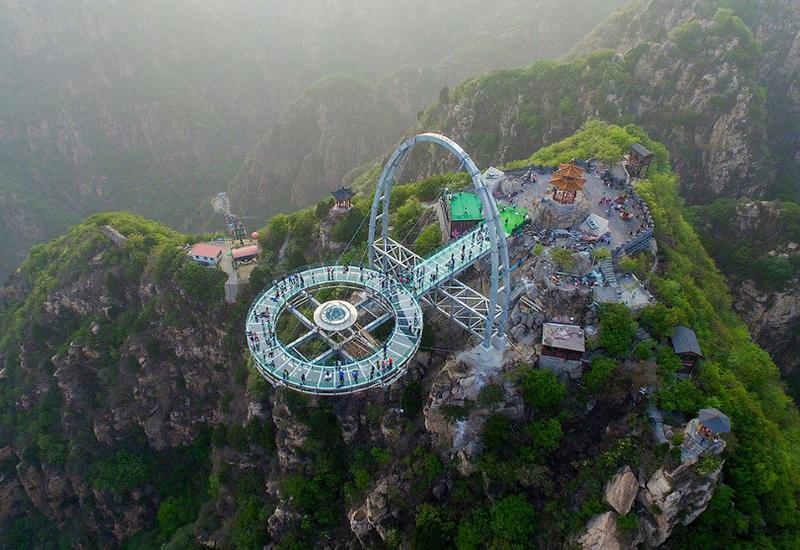 """Стеклянная смотровая площадка на высоте 400 м открылась в Китае <span class=""""color_red"""">- ВИДЕО</span>"""