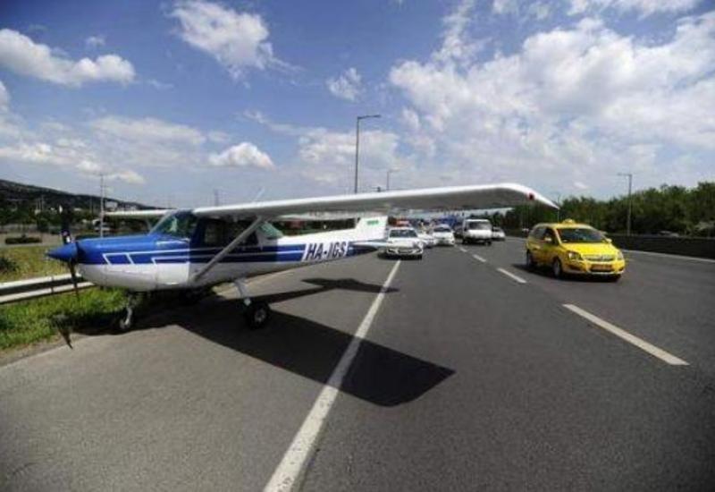 """В Венгрии самолет приземлился прямо на дороге <span class=""""color_red"""">- ВИДЕО</span>"""
