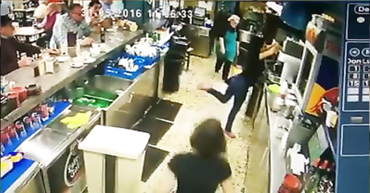 Испанская официантка отбила пяткой враковину падающий стакан