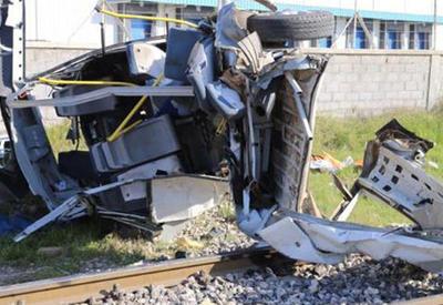 Поезд протаранил пассажирский автобус, есть погибшие