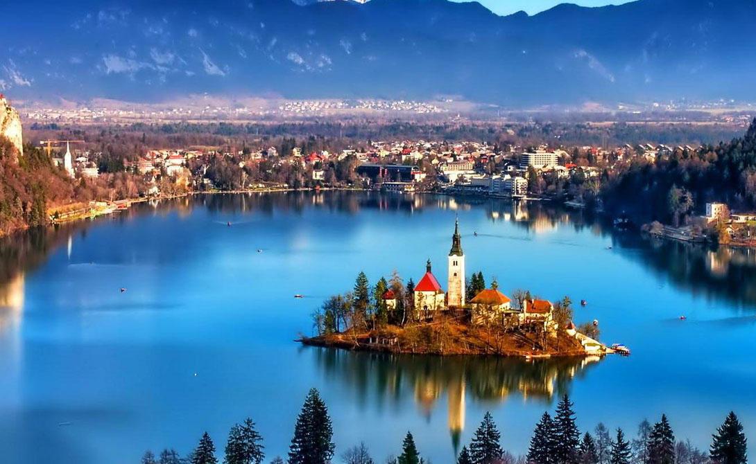 СловенияСловению нельзя назвать полностью безопасной страной: здесь ведут редкую активность террористы и даже есть несколько вялотекущих внутренних конфликтов. Тем не менее полицейское присутствие тут выше, чем в соседних странах, что позволяет путешественникам чувствовать себя спокойно.