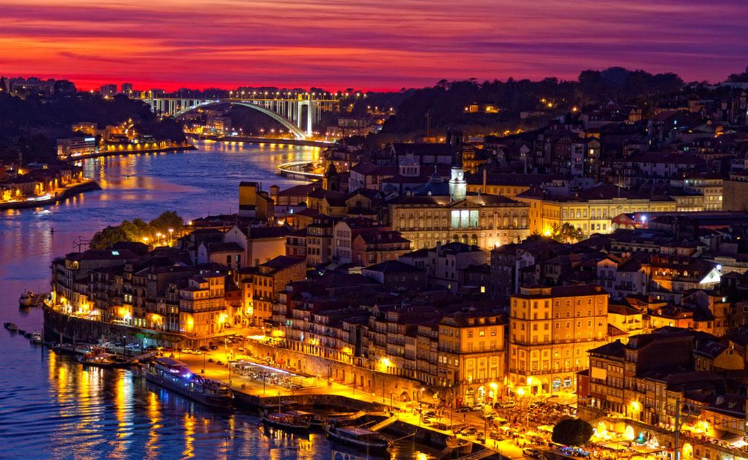 ПортугалияЧуть ранее в этом году знаменитый путеводитель Condé Nast Traveler объявил Лиссабон самым недооцененным городом в Европе. Это, судя по всему, и правда так. Португалия давно уже стала тихой, спокойной страной, а Лиссабон - городом, посетить который должен каждый.