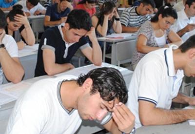 Азербайджанские школьники сдают последний выпускной экзамен
