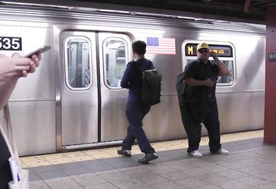 """Реакция жителей Нью-Йорка, не успевших сесть на поезд в метро <span class=""""color_red"""">- ВИДЕО</span>"""