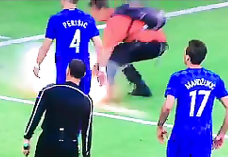 """Стюарда, пострадавшего от взрыва файера на Евро, наградили особой футболкой <span class=""""color_red"""">- ВИДЕО</span>"""