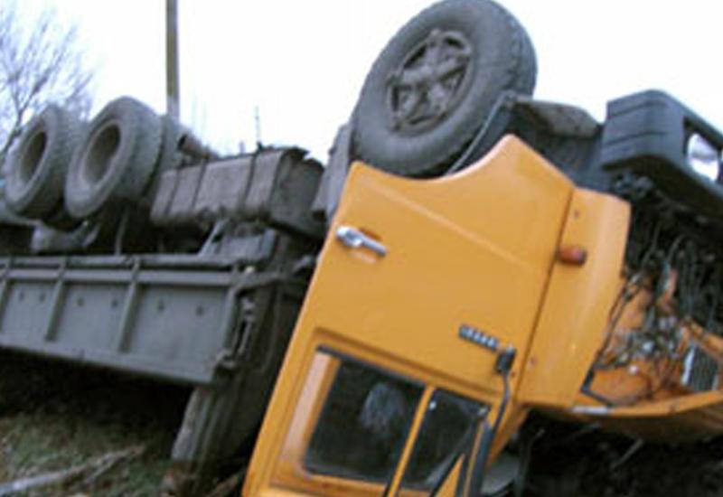 """""""KamAZ"""" dərəyə aşdı, sürücü yaralandı"""