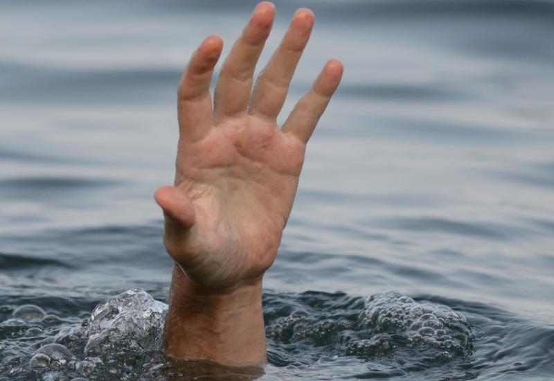 Трагедия на бакинском пляже: мать утонула, дочь чудом спасли