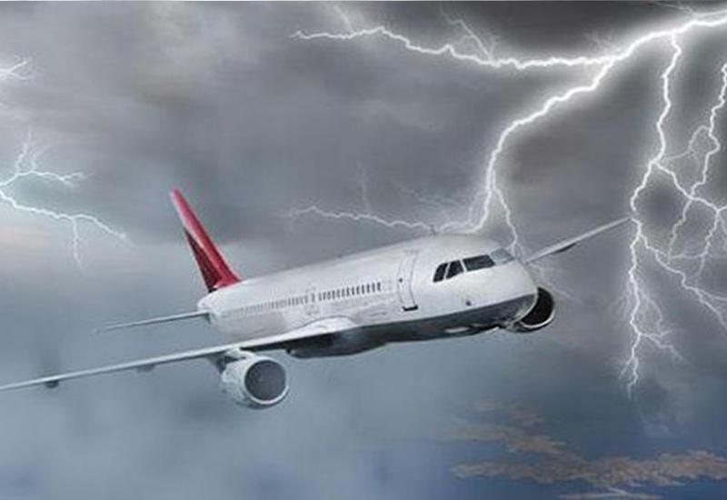 """Вот что может случиться, если в двигатель самолета попадет молния <span class=""""color_red"""">- ВИДЕО</span>"""