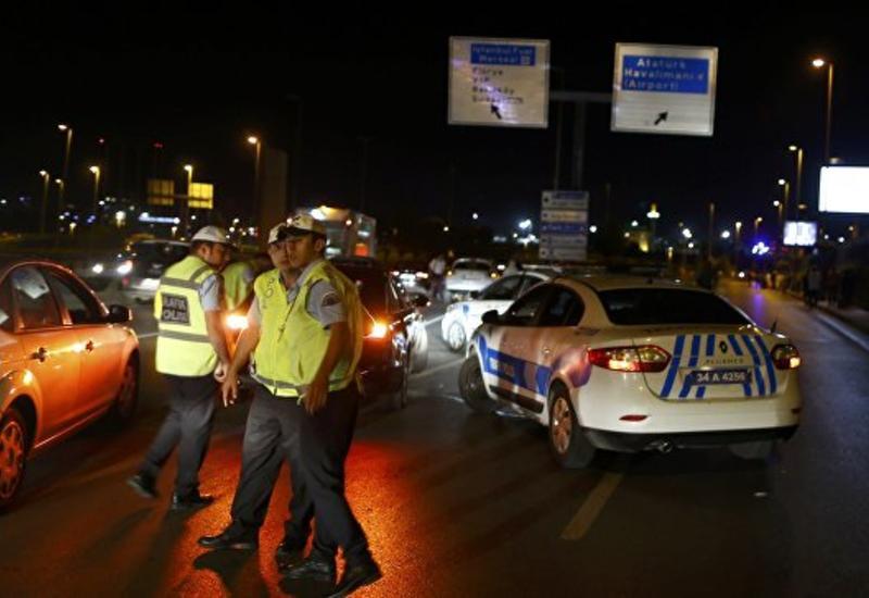 Полицейский повалил на землю одного из нападавших в Стамбуле перед взрывом