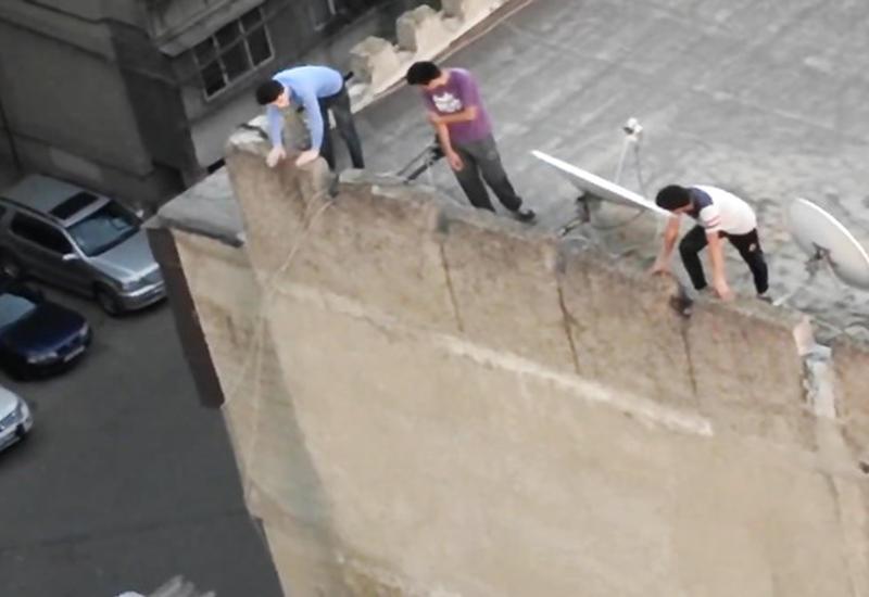 """Подростки устроили опасную фотосессию на крыше 9-этажки в Баку <span class=""""color_red"""">- ВИДЕО</span>"""