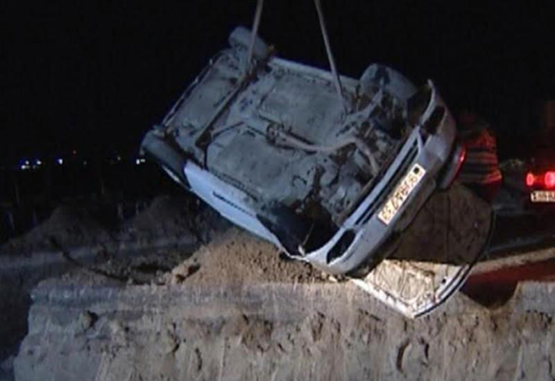 """В Баку Daewoo упал в канал, водитель выжил <span class=""""color_red"""">- ФОТО</span>"""