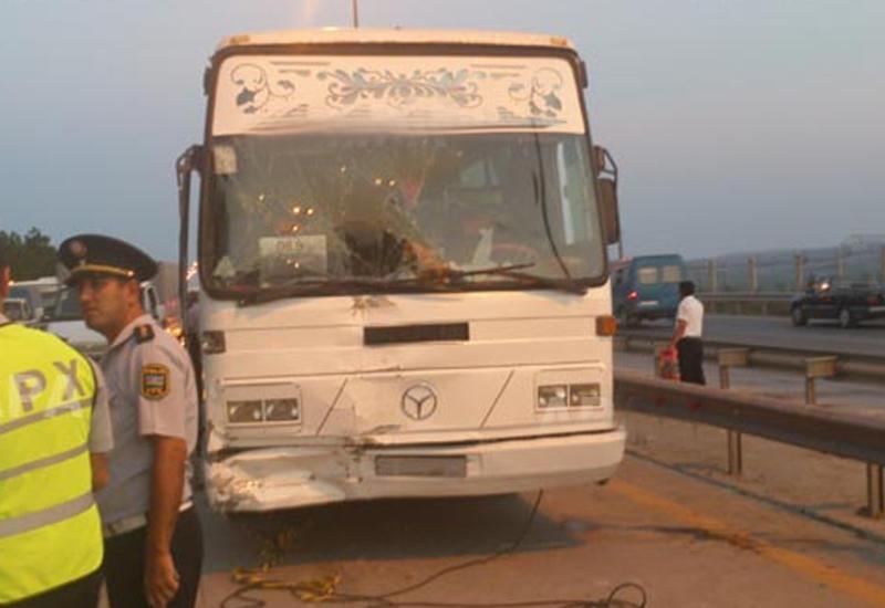В Азербайджане автобус столкнулся с легковушкой, есть погибшие