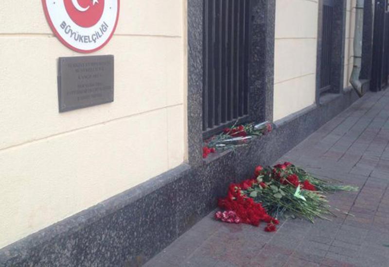 Россияне приносят цветы к посольству Турции в Москве